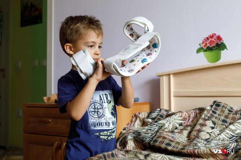 После операции мальчику запретили вставать с кровати