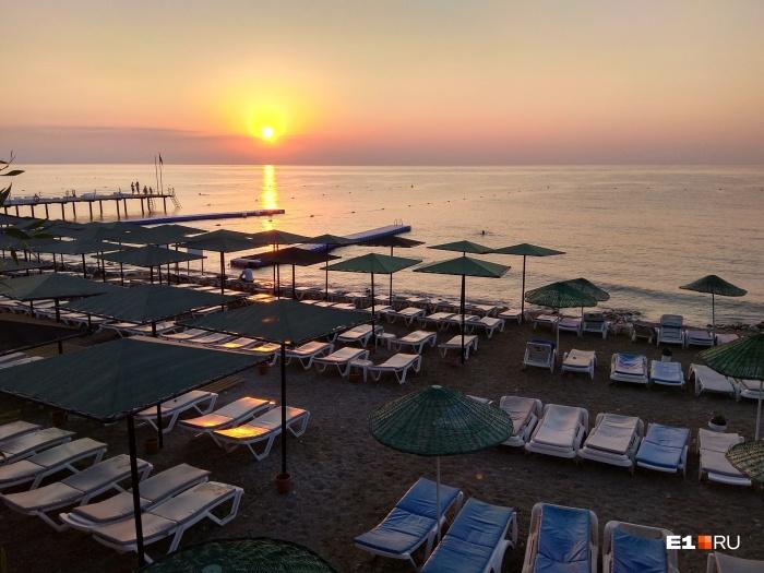 Найти свободный лежак на пляже в Турции можно только после захода солнца