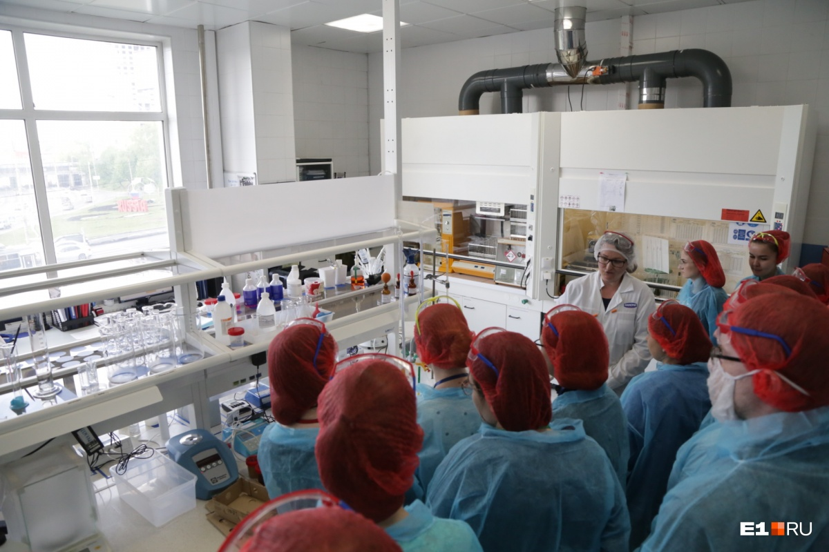 В физико-химической лаборатории проверяется все молоко, поступающее на завод