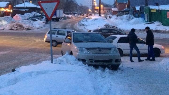 «Тойота» вылетела на тротуар после аварии на Кирова