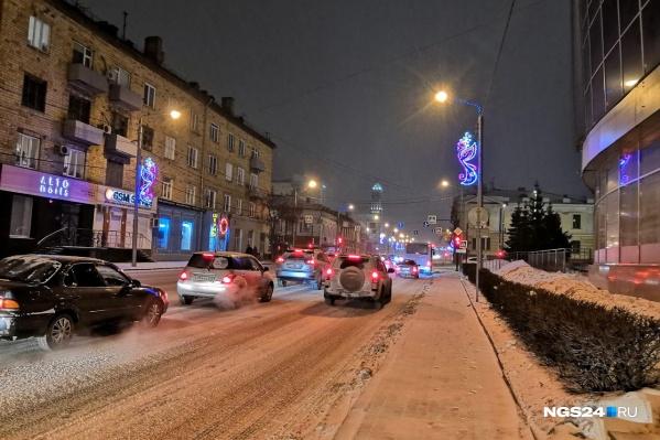 В центре на дорогах снежный накат