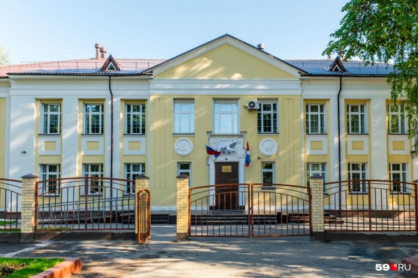 Школу № 101 (на фото) объединяют со школой № 66