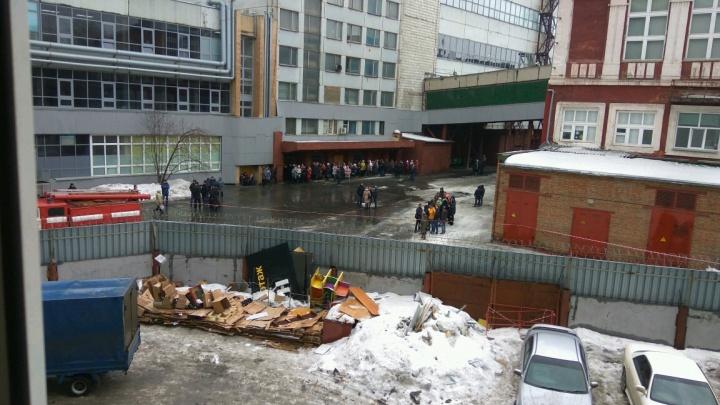 С завода на площади Калинина эвакуировали сотрудников