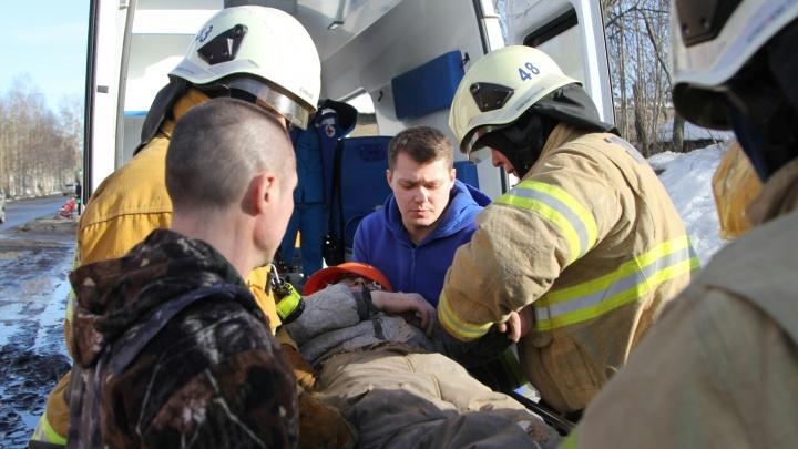«Отделался переломами ног»: в Архангельске при сносе деревянного дома пострадал человек