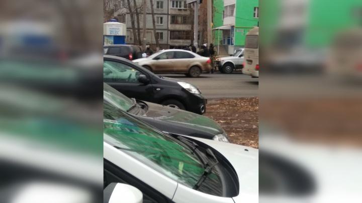 Маски-шоу: на Димитрова задержали водителя и пассажира машины с силовой поддержкой