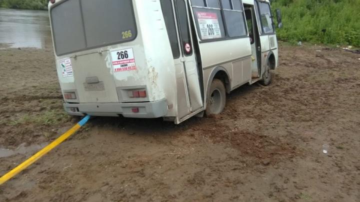 Приехали: под Уфой автобус застрял в грязи