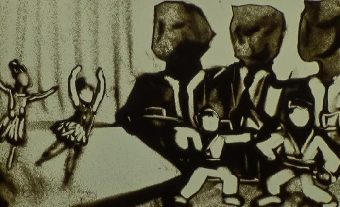 Детские танцы и спорт на фоне «оскала капитализма» —такой сюжет песчаного ролика
