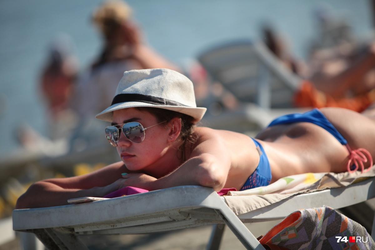 На запрещённых пляжах можно загорать, а в воду лучше не входить