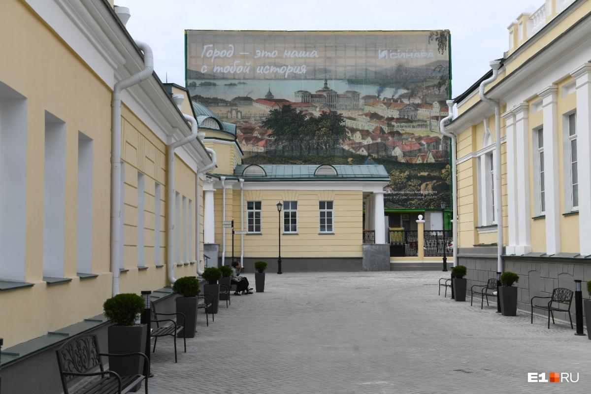 Во дворе планируют проводить фестивали и ярмарки. Прямо по курсу — один из павильонов, справа — зал приемов, слева — основное здание с галереей и концертным залом