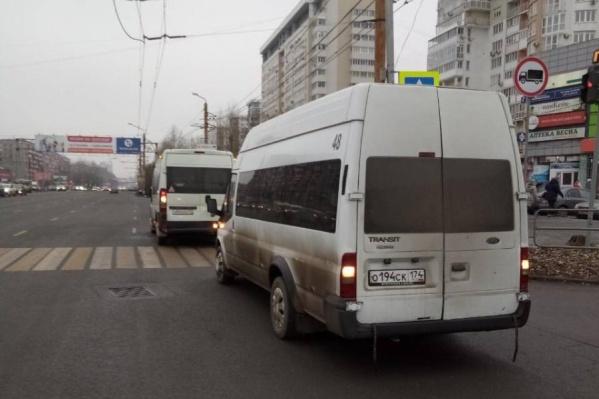 Микроавтобусы столкнулись прямо на остановке общественного транспорта
