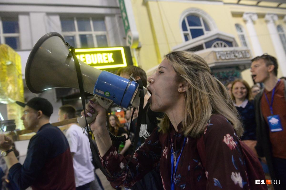 Студенты выкрикивали кричалки, чтобы весь город знал, у кого сегодня праздник!