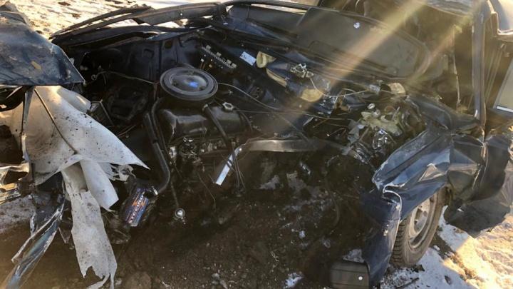 Разорвало! Под Самарой водитель «шестерки» погиб после столкновения со столбом