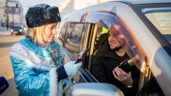 Снегурочка из ГИБДД раздала водителям на площади Ленина безалкогольное шампанское