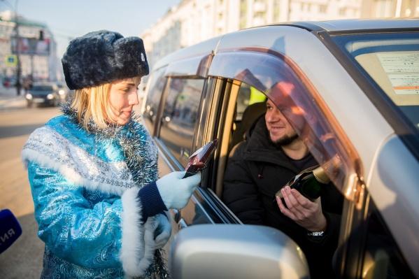 Водители получили в подарок от новосибирской Госавтоинспекции шампанское с 0% алкоголя