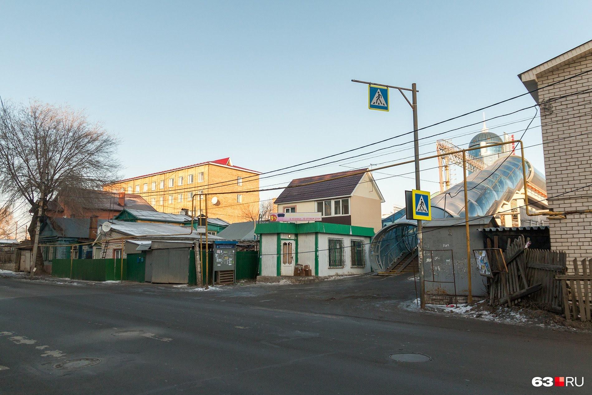 Сейчас пешеходным мостом активно пользуются только жители поселка Шмидта