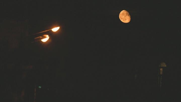 Суперлуние в небе над Тюменью: 10 самых крутых кадров из соцсетей