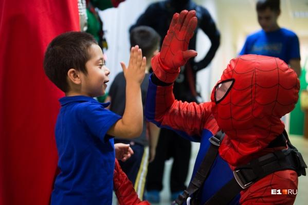 Этот мальчик больше других радовался возможности дать пять Человеку-пауку