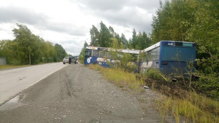 Водителю стало плохо: в Ревде автобус с пассажирами съехал в кювет
