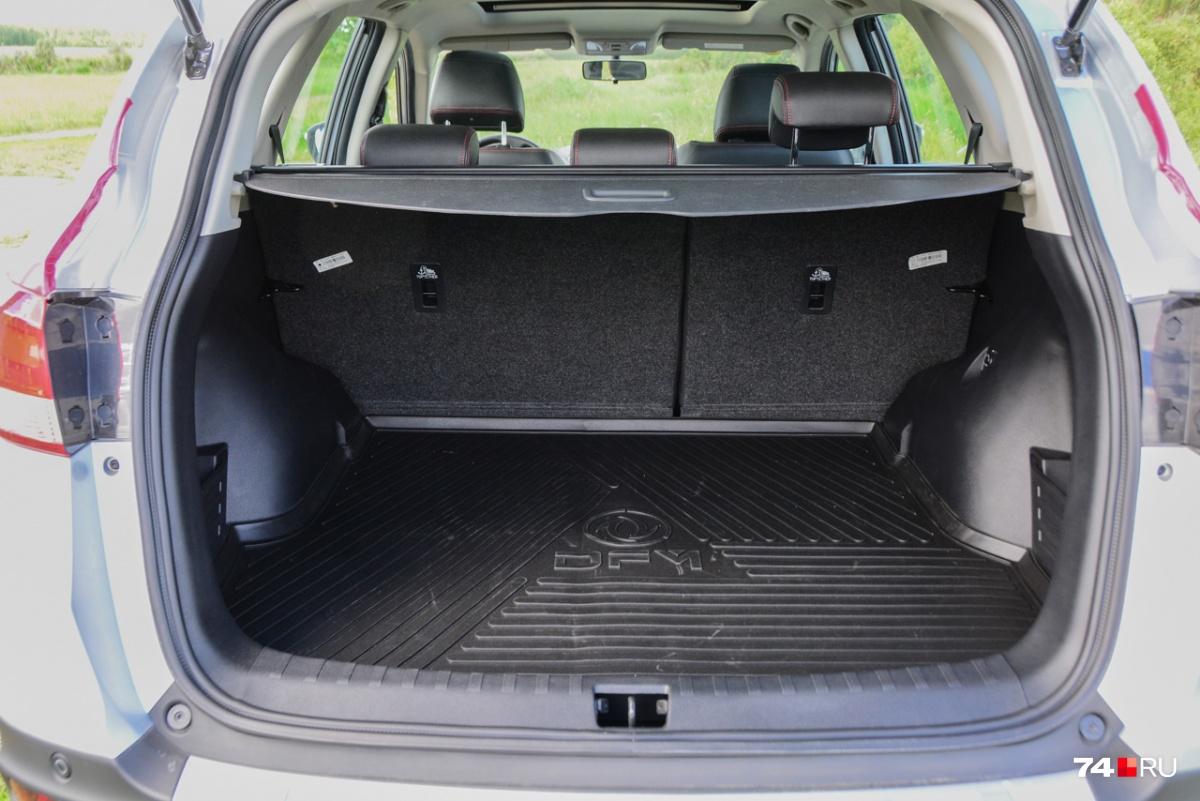 Багажник объемом 565 литров не рекордный (у Kodiaq на 100 литров больше), но вполне достаточный. Под полом есть полноразмерная запаска