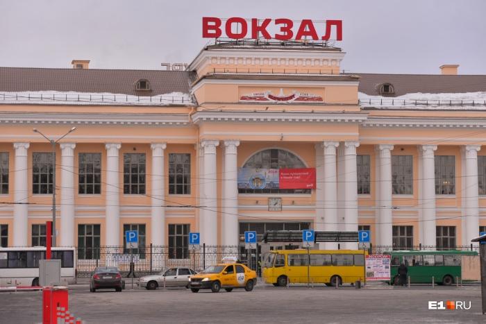 Директор вагона-ресторана сняла деньги с карты пассажира в банкомате на вокзале