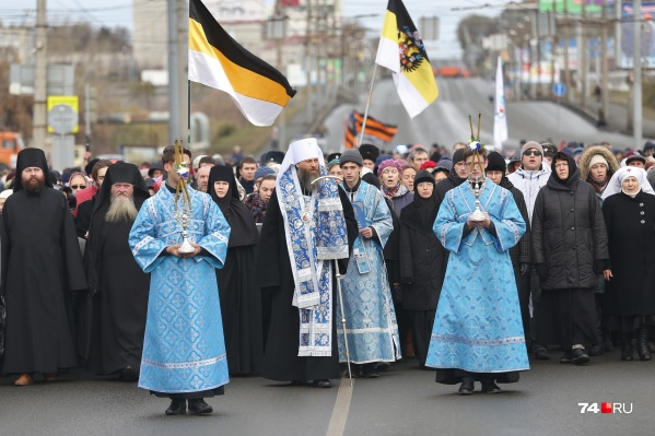 Возглавил крестный ходмитрополит Челябинский и Миасский Никодим (по центру)