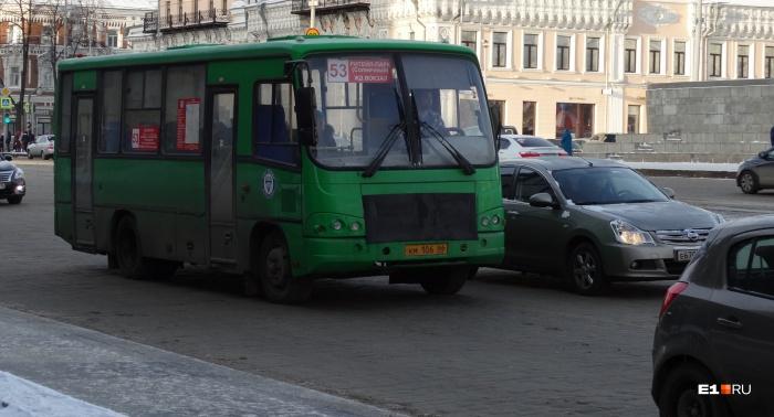 Зимой маршрут № 53 часто обслуживали 2–3 автобуса
