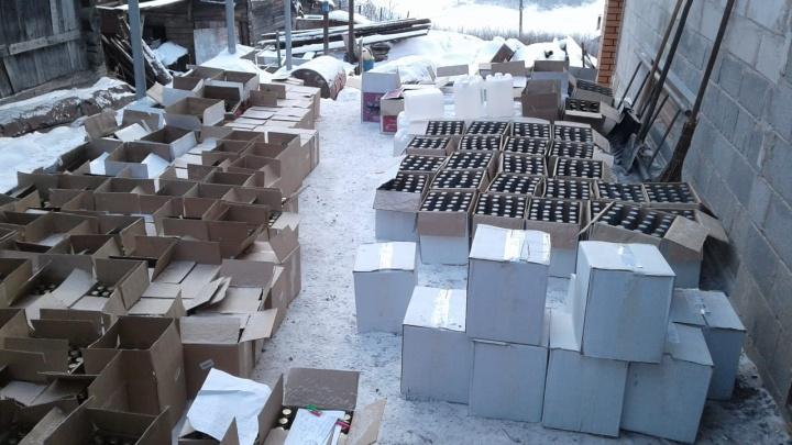 Развозили по магазинам: южноуральцы устроили оптовые склады с палёной водкой во дворах частных домов