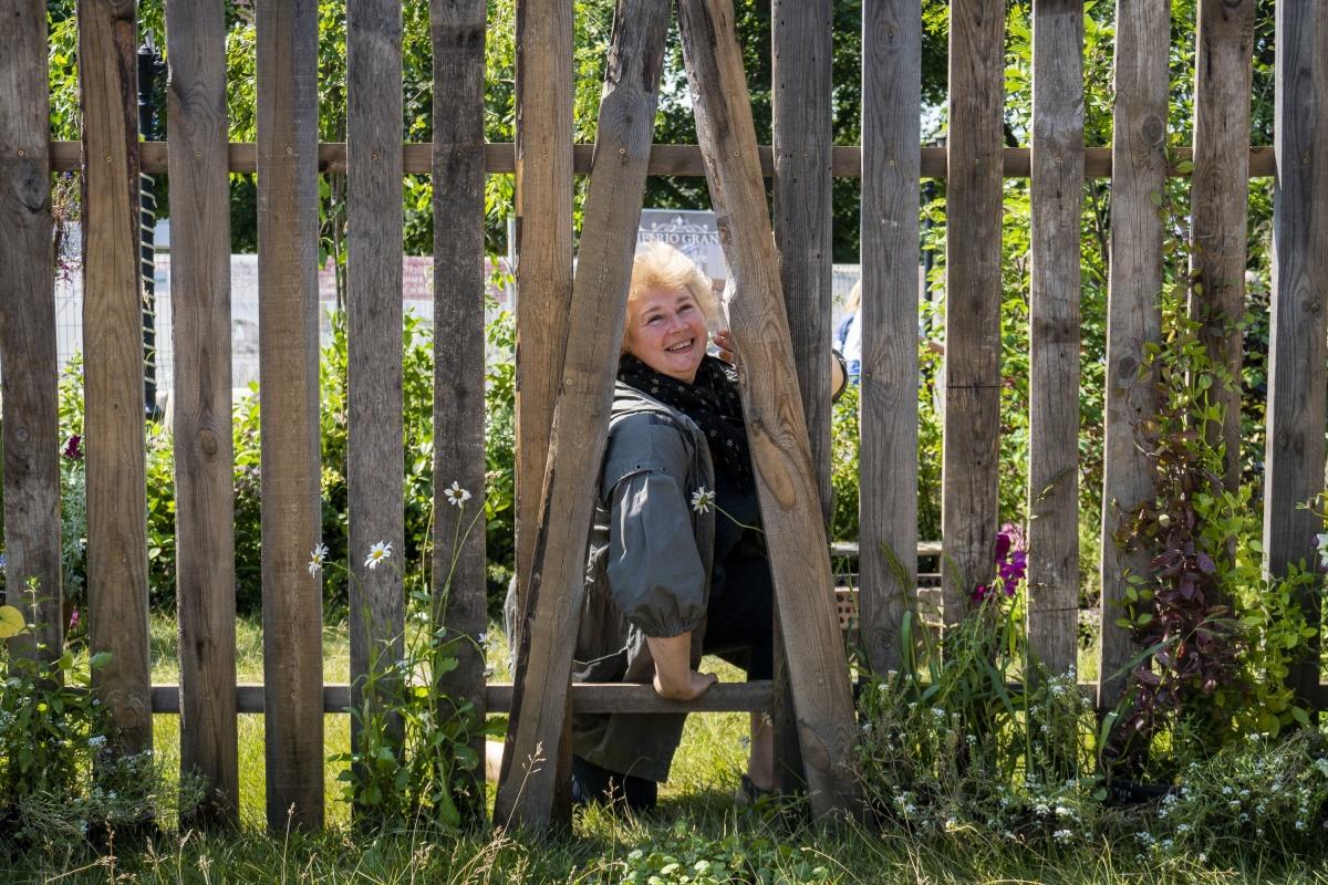 Гран-при Сибирского фестиваля ландшафтного дизайна получил проект с деревянным забором с дыркой