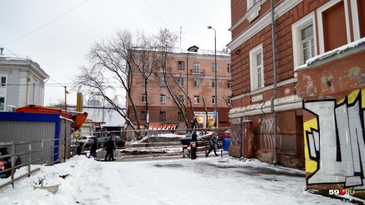 «Проедет ли скорая и пожарные?»: в Перми строители ливнёвки заблокировали проезд к жилому дому
