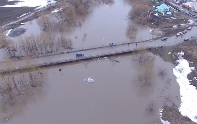 Под Уфой «большая вода» затопила мост