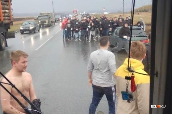 Изавтомобилей выбежали парни и начали колотить по кузову автобуса