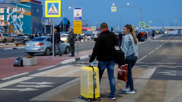 «Полтора часа держали в душном самолете»: пассажиры рейса из Антальи вернулись домой