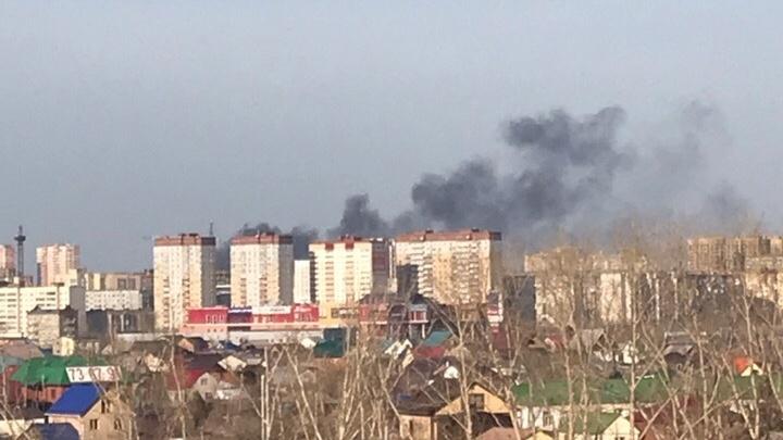 Чёрный дым поднялся над Зарекой из-за горящей кучи мусора на Щербакова