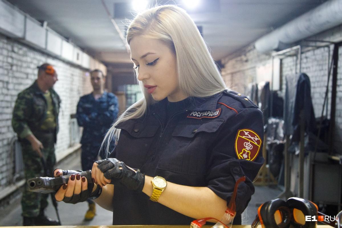 Прапорщик Храмцова служит наравне с мужчинами. Но не забывает о том, что она женщина
