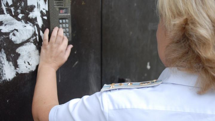 Квартиру сибирячки арестовали из-за долгов по коммуналке — пристав записался к ней на йогу