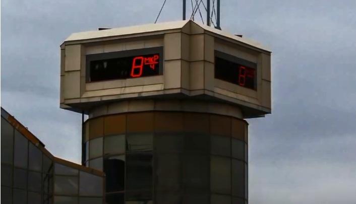 Спустя 10 лет на здании в центре Красноярска восстановлено информационное табло
