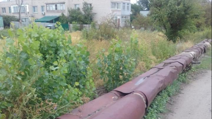 «Обещали сделать еще в прошлом году»: волгоградцы пытаются спасти прогнившие теплотрассы до холодов