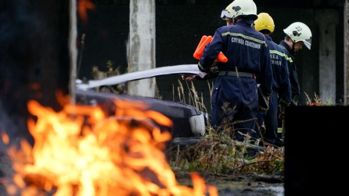 Из-за пожара рядом с шоссе Космонавтов в Перми на время остановили автомобильное движение