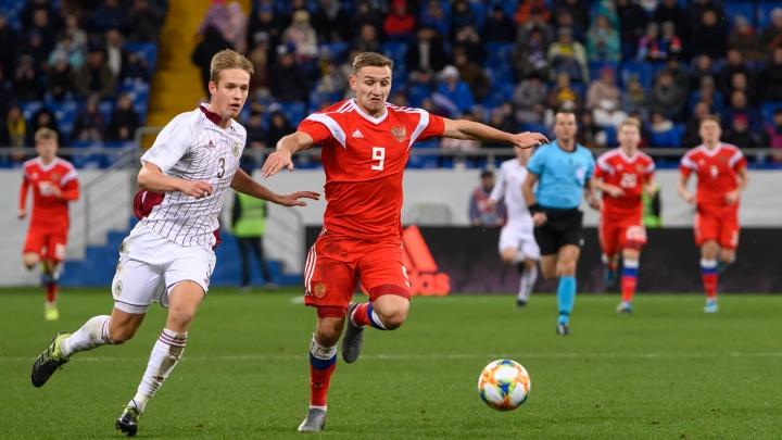 Молодежная сборная России забила быстрый гол и легко обыграла Латвию: лучшие кадры матча