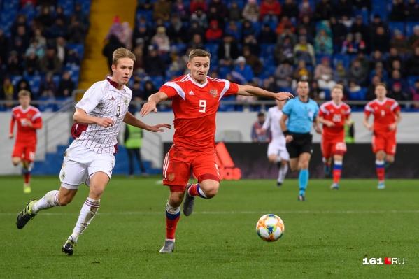 Федор Чалов атакует ворота Латвии