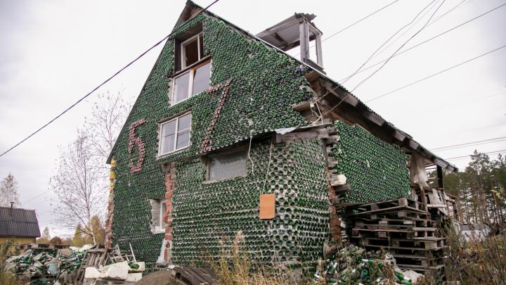 Дом мечты: екатеринбуржец построил дачу из пустых бутылок от пива и шампанского