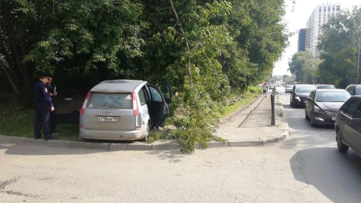 На мужчину, погибшего в ДТП на ЖБИ, наехали прямо на тротуаре: фотографии с места аварии