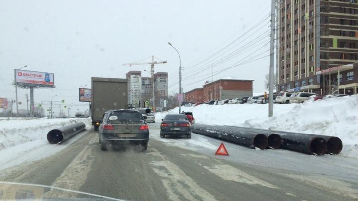 КАМАЗ рассыпал трубы из прицепа около «Ауры»: Ипподромская встала в пробку