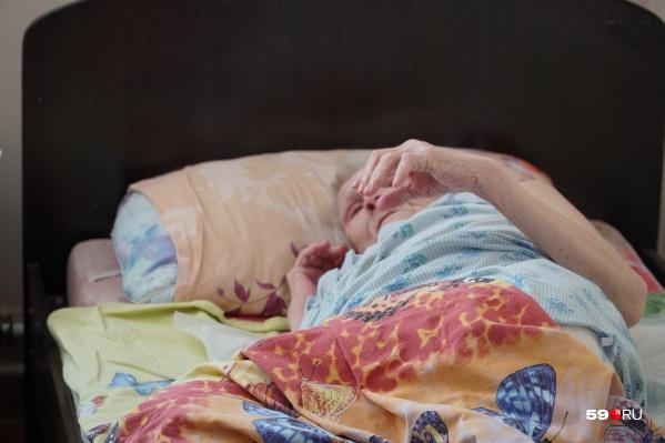Эта бабушка и еще 11 постояльцев приюта «Надежда» были истощены и обезвожены. Часть из них пришлось увезти в больницу