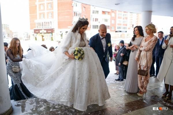 Несмотря на то, что февраль — зимний месяц, желающих сыграть свадьбу в День Святого Валентина каждый год стабильно много