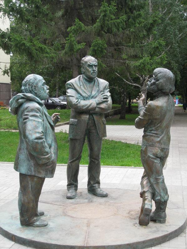 Образ Воловича (в центре) в скульптуре «Горожане» в сквере на пересечениипроспекта Ленина и улицы Мичурина