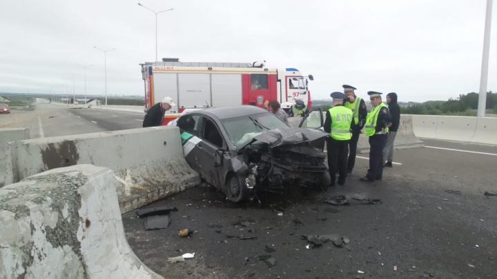 Перед ударом не затормозил: на недостроенном участке ЕКАД Hyundai влетел в бетонные блоки