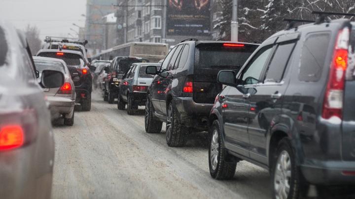 Медленно спешат домой: Новосибирск встал в 10-балльных пробках