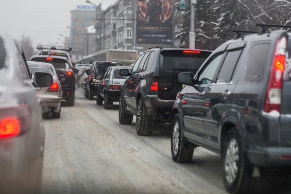 Наиболее сложная ситуация сейчас наблюдается на Октябрьской магистрали и Красном проспекте