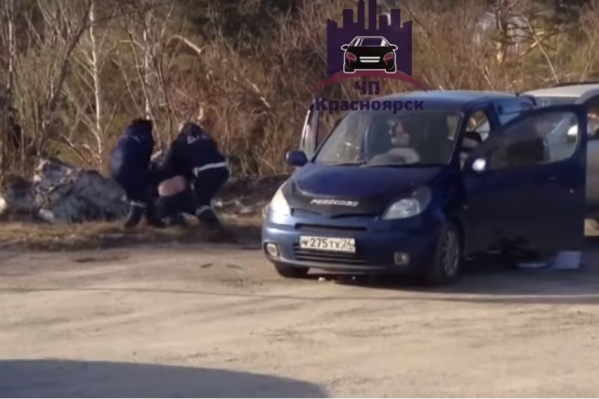 Пьяного водителя вытаскивают из иномарки после погони